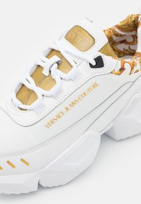 Versace Jeans Couture - Sneakersy niskie - white/gold - 5