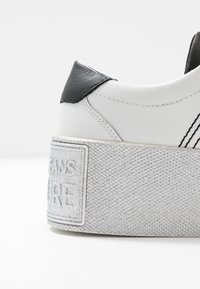 Versace Jeans Couture - PLATFORM SOLE - Sneakersy niskie - bianco ottico - 2