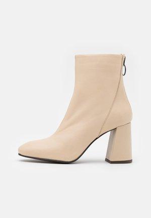 VMCILLA BOOT - Kotníková obuv na vysokém podpatku - beige