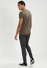 Tigha - TREVOR ZIP - Pantalones deportivos - vintage grey - 2