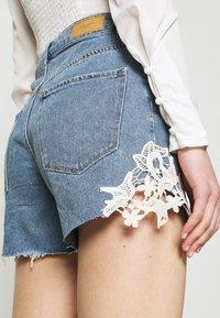 Vero Moda - VMNINETEEN CROCHET - Shorts di jeans - light blue denim - 4