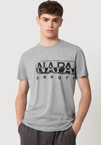 Napapijri - Print T-shirt - medium grey melange - 0