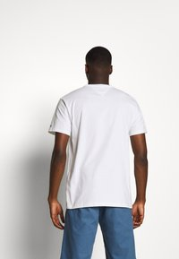 Tommy Jeans - SMALL CENTERED LOGO TEE - Print T-shirt - white - 2