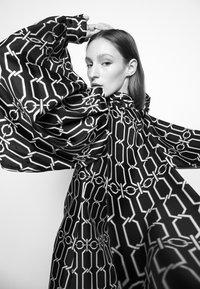 Victoria Beckham - BISHOP SLEEVE DETAIL MINI - Koktejlové šaty/ šaty na párty - dark navy/gold - 6