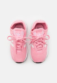 adidas Originals - SWIFT RUN X SHOES - Tenisky - light pink/footwear white/core black - 3