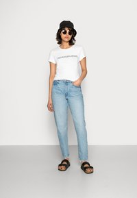 Calvin Klein Jeans - INSTITUTIONAL LOGO TEE - Camiseta estampada - bright white - 1