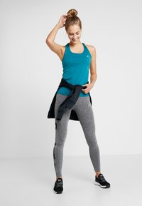 ONLY Play - CHRISTINA SEAMLESS  - T-shirt de sport - shaded spruce - 1