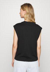 Monki - CHRIS 2 PACK - Basic T-shirt - black dark/white light - 2