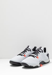 Under Armour - TRIBASE REIGN  - Sportovní boty - halo gray/blackout purple
