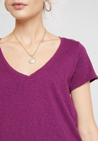 Marc O'Polo DENIM - V NECK COSY FIT SIDESLITS - T-shirt med print - purple - 4