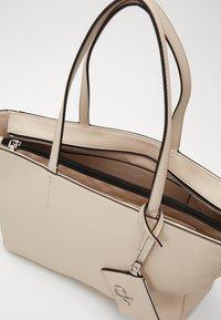 Calvin Klein - MUST SHOPPER SET - Velká kabelka - beige - 2