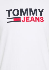 Tommy Jeans - CORP LOGO TEE - T-shirt med print - white - 6