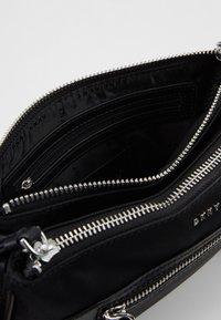 DKNY - CASEY DOUBLE ZIP CROSSBODY - Umhängetasche - black/silver - 4