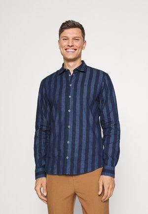 ANTON STRIPED SHIRT - Overhemd - bijou blue