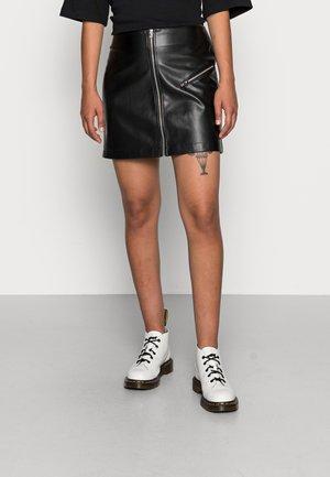 ONLBETTY ZIP MINI FAUX - Áčková sukně - black