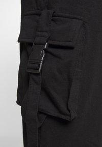 Missguided Petite - SEAT BELT CARGO TROUSERS - Reisitaskuhousut - black - 4