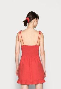 Abercrombie & Fitch - BARE TIE SHOULDER SLIM WAIST MINI - Robe d'été - red solid - 2
