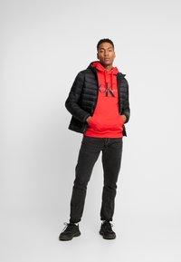 Calvin Klein Jeans - MONOGRAM HOODIE - Huppari - racing red - 1