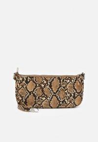PCAFARIA SHOULDER BAG - Käsilaukku - warm sand/silver-coloured