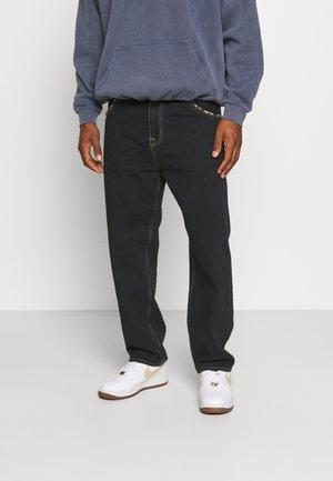 BELTED TYRELL PANT - Džíny Relaxed Fit - kingston black denim