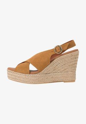 FLORA - Sandály na vysokém podpatku - cognac