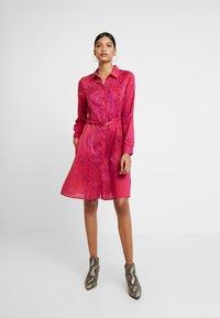 Fabienne Chapot - HAYLEY TIPSY DRESS - Blusenkleid - deep fuchsia/purple - 1