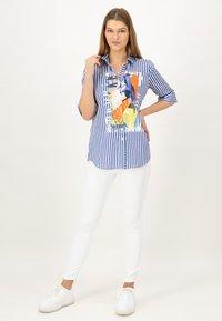 JUST WHITE - Button-down blouse - indigo streifen - 1