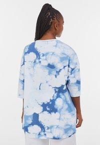 Bershka - OVERSIZED UNISEX - Print T-shirt - white - 6
