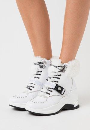 KARLIE REVOLUTION - Boots à talons - white