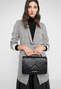 KARL LAGERFELD - KLASSIK QUILTED SHOULDER BAG - Handbag - black - 1