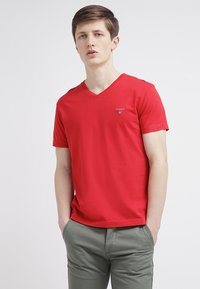 GANT - ORIGINAL SLIM V NECK - T-shirt - bas - bright red - 0