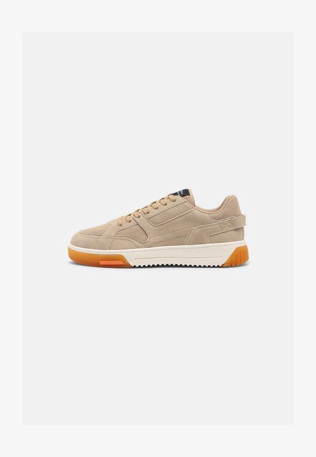 NEW CUP - Sneakers laag - beige