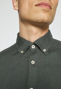 Marc O'Polo - BUTTON DOWN SHORT SLEEVE - Košile - mangrove - 4
