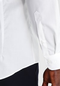 OLYMP - OLYMP NO.6 SUPER SLIM FIT - Formal shirt - off white - 4