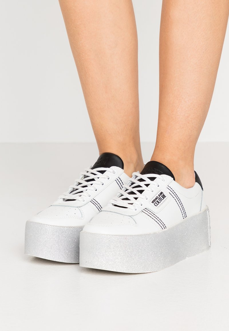 Versace Jeans Couture - PLATFORM SOLE - Sneakersy niskie - bianco ottico