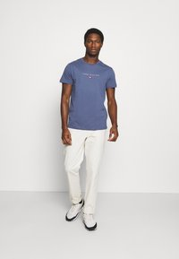 Tommy Hilfiger - ESSENTIAL - T-shirt z nadrukiem - faded indigo - 1