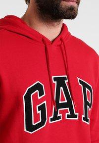 GAP - ARCH - Hoodie - crimson red - 3