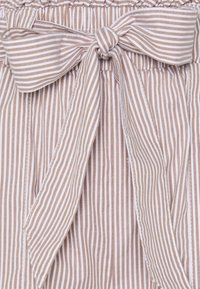 ONLY Petite - ONLSMILLA STRIPE BELT - Shorts - toasted coconut/white - 2