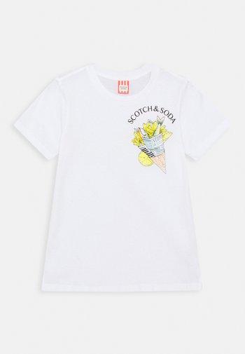 SHORT SLEEVE TEE WITH PHOTO PRINT ARTWORK IN ORGANIC - Camiseta estampada - white