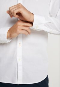 Marc O'Polo - FINE BEDFORD GARMENT DYED - Košile - white - 5