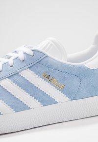 adidas Originals - GAZELLE - Trainers - globe blue/footwear white/gold metalic - 2
