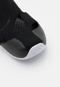 Jordan - FLARE UNISEX - Chanclas de baño - black/white - 5