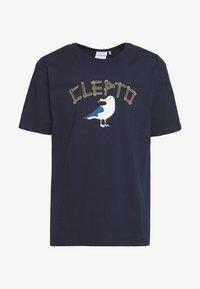 Cleptomanicx - POMMES GULL - T-shirt z nadrukiem - dark navy - 0