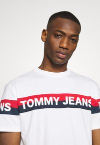 Tommy Jeans - DOUBLE STRIPE LOGO TEE - T-shirt z nadrukiem - white - 3
