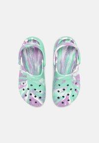 Crocs - CLASSIC PLATFORM MARBLED  - Pantofle na podpatku - pistachio/multi - 4