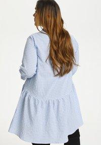 Kaffe Curve - Sukienka koszulowa - light blue check - 2