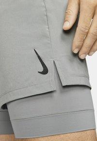 Nike Performance - ACTIVE YOGA - Sportovní kraťasy - particle grey/black - 4