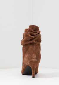 Shoe The Bear - AGNETE SLOUCHY - Classic ankle boots - brown - 5