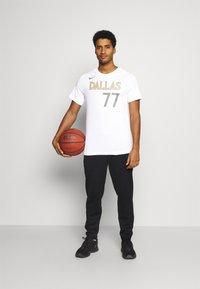 Nike Performance - NBA DALLAS MAVERICKS LUKA DONCIC CITY EDITION NAME NUMBER TEE - Equipación de clubes - white - 1