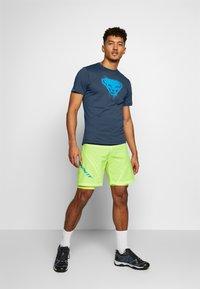 Dynafit - GRAPHIC TEE - T-shirt z nadrukiem - midnight navy - 1